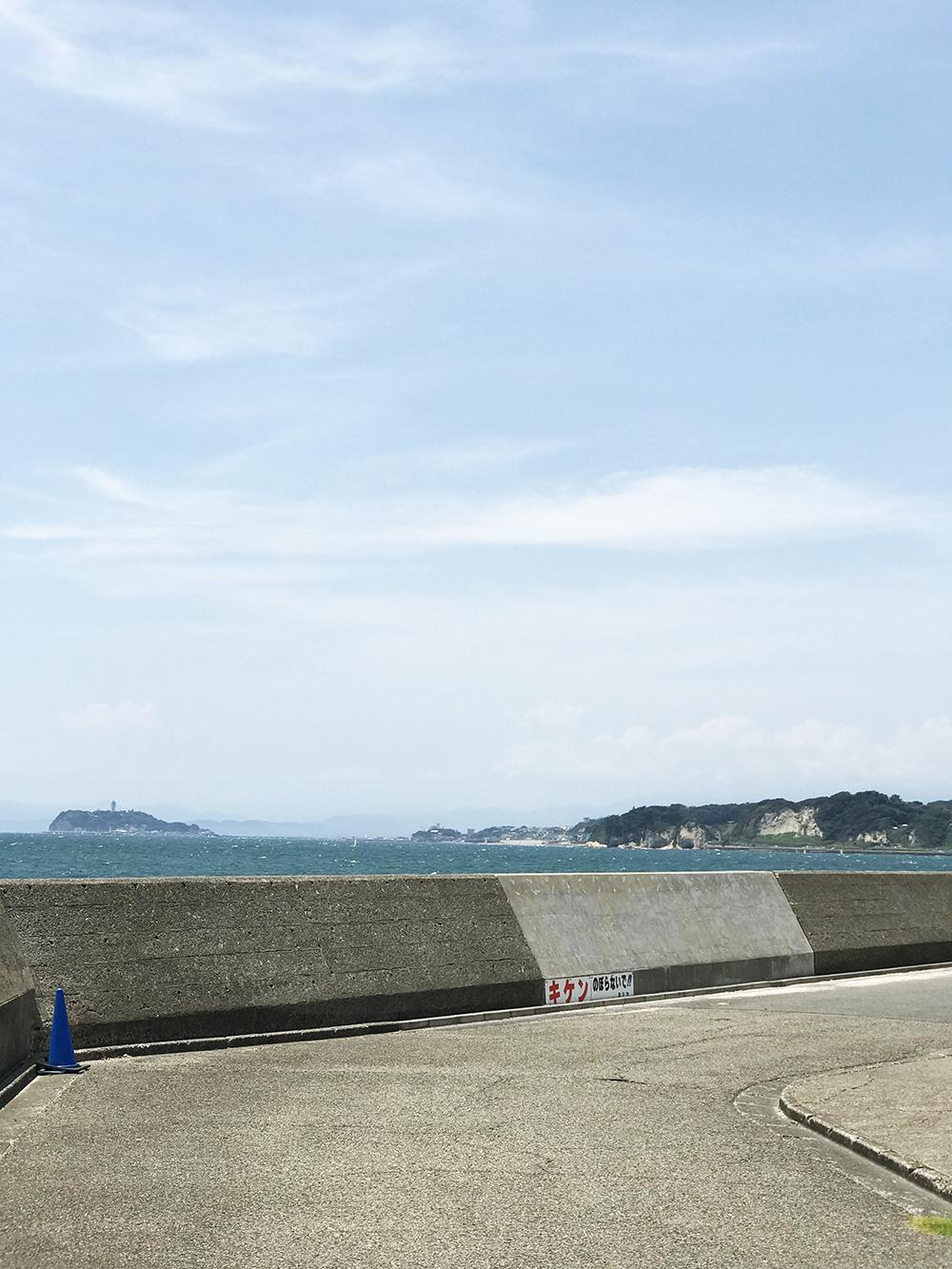 マリーナから遠くに見る江ノ島