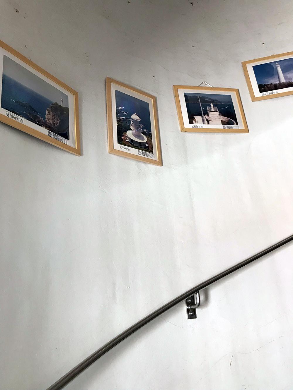 小窓の上の各地の灯台の写真