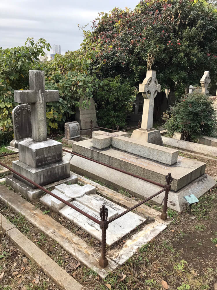 大きな墓石