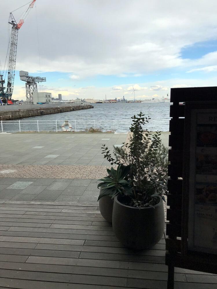 駐車場から出たところの海