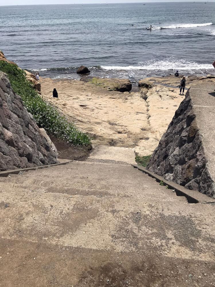 稲村ヶ崎 岩場に続く階段