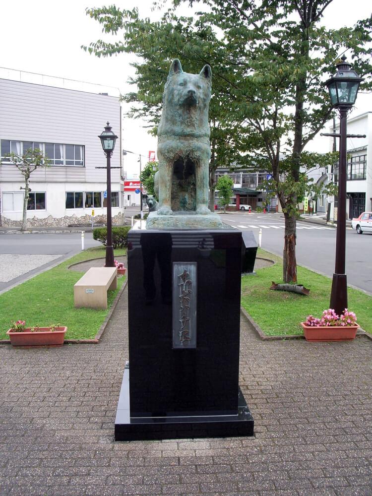 大館駅ハチ公銅像