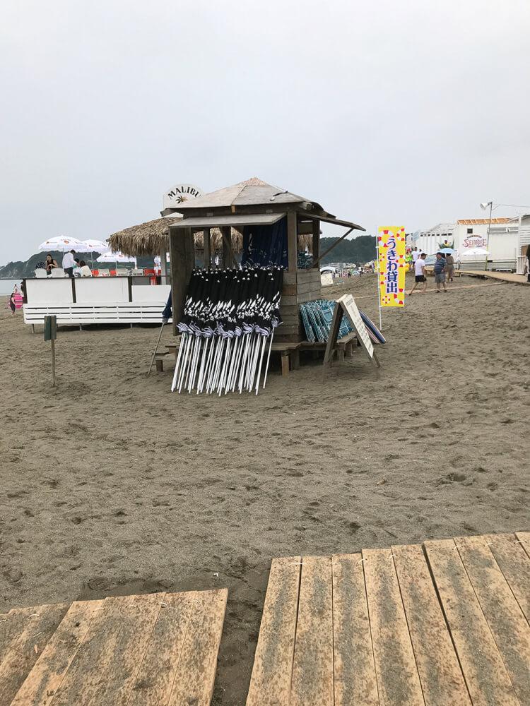 閑散とした海の家