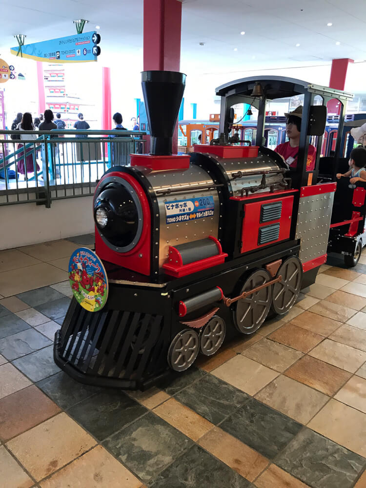 子供用機関車が走る