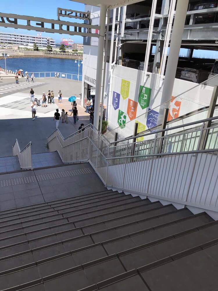 エスカレーター横の階段