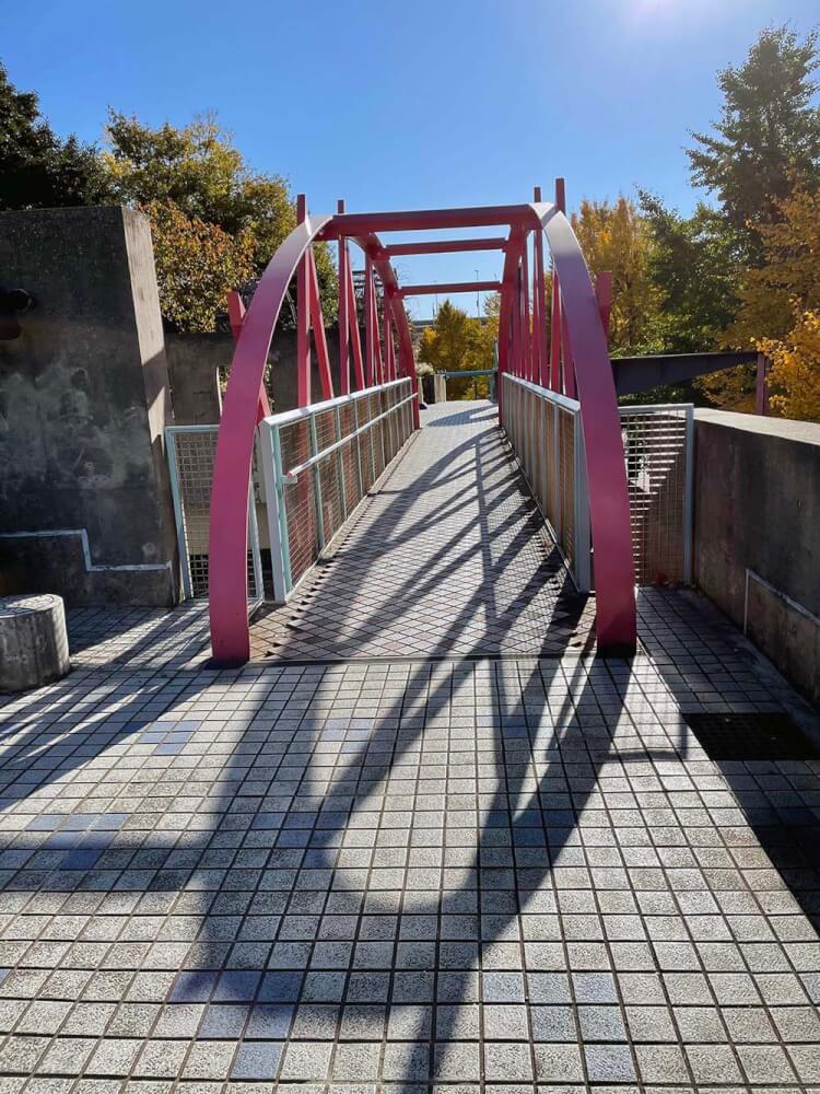 世界の広場から人形の家に続く橋