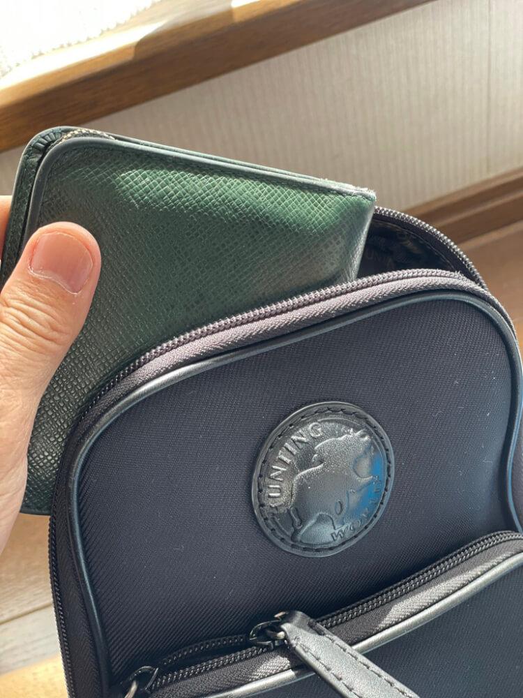 バッグに財布を入れる